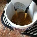 Kaffee in Tasse einfüllen